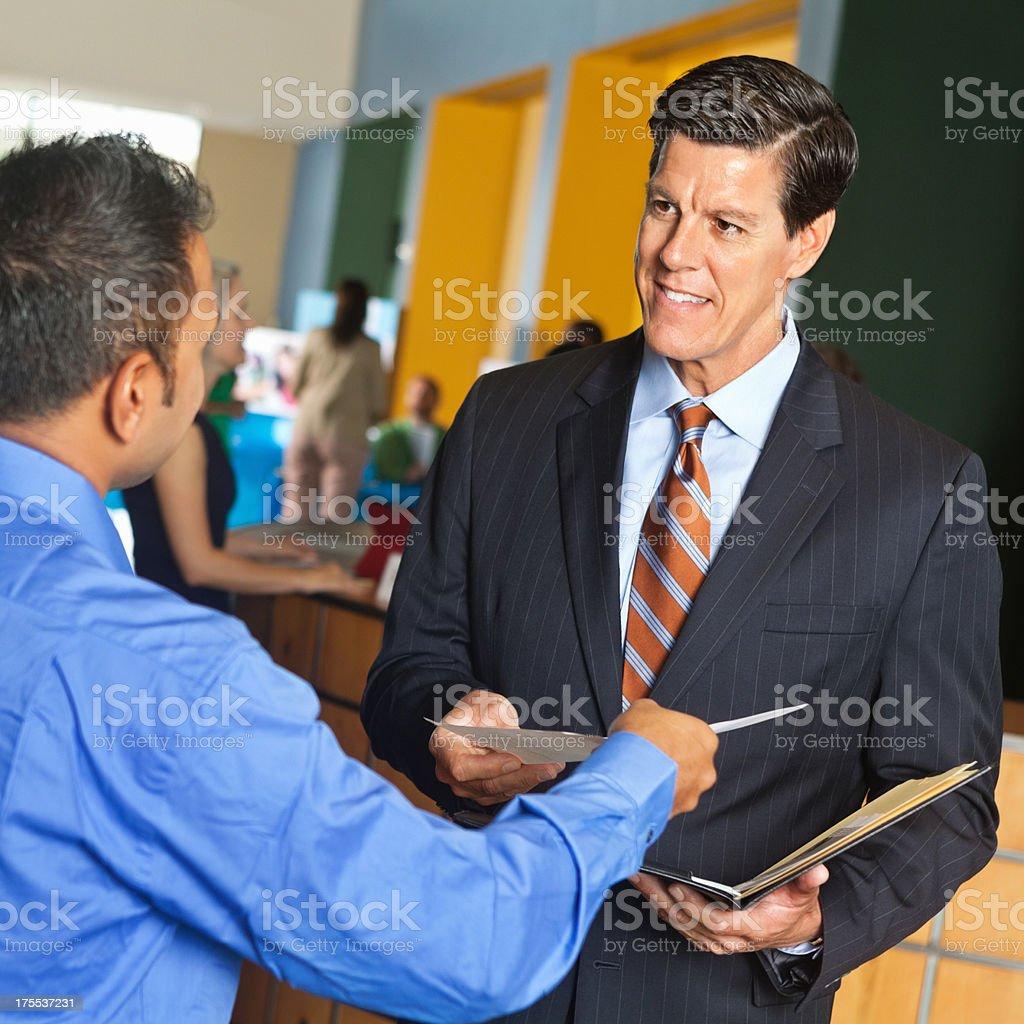 Geschäftsmann einreichen Lebenslauf oder Anwendung executive im job fair – Foto