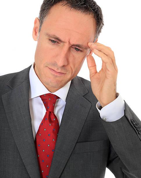 empresario sufre de dolor de cabeza - gerente de cuentas fotografías e imágenes de stock