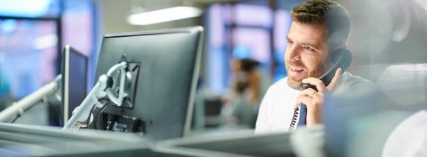 geschäftsmann, anruf annehmen - broker stock-fotos und bilder