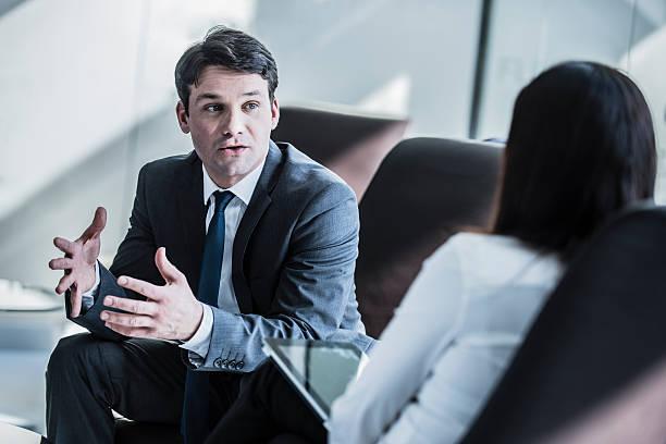 ビジネスマンで話している会議 ストックフォト