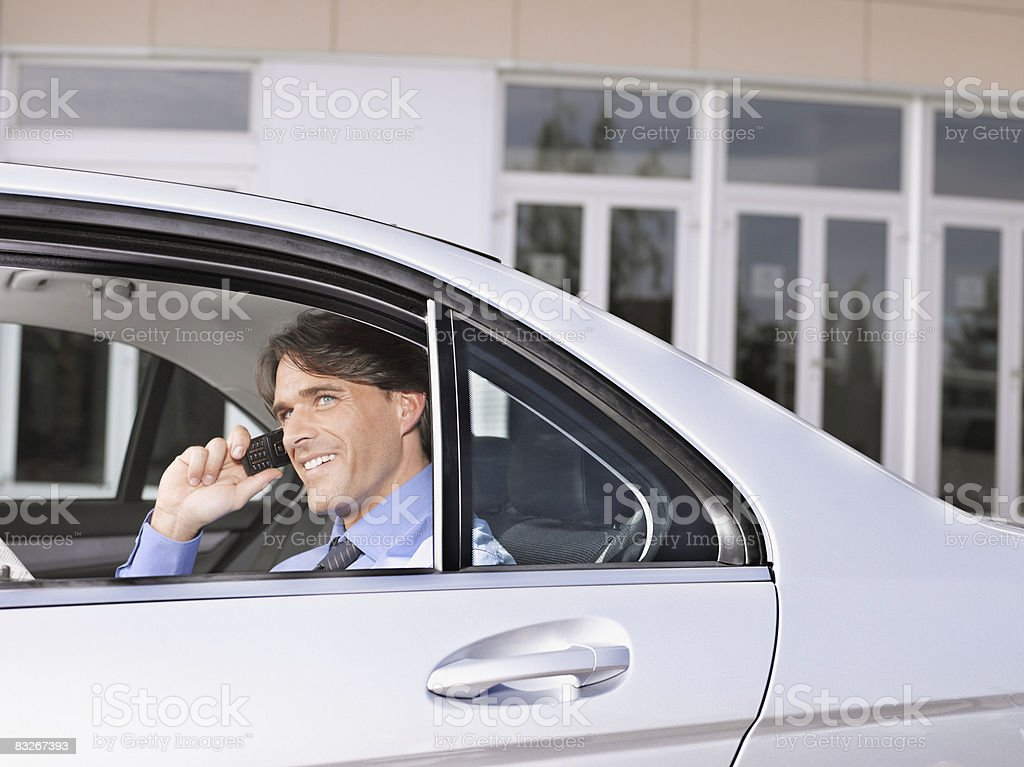 Biznesmen rozmowy na telefon komórkowy w tylnym siedzeniu samochodu zbiór zdjęć royalty-free