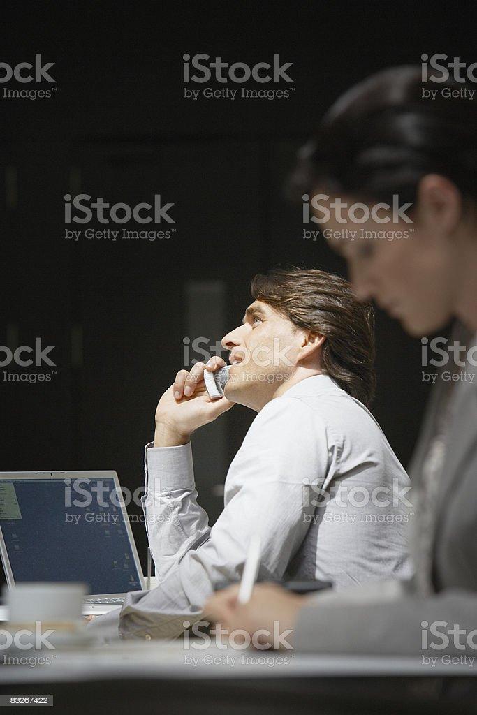 Biznesmen rozmawia przez telefon komórkowy zbiór zdjęć royalty-free
