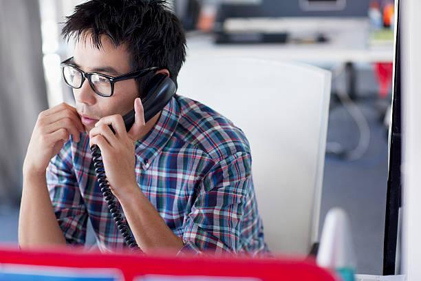 Geschäftsmann Gespräch am Telefon im Büro – Foto