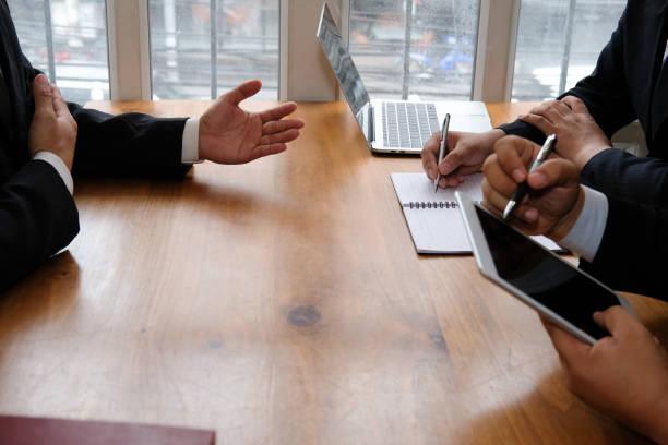 Unternehmer im Gespräch mit Kandidaten im Vorstellungsgespräch. Manager anhören von Klägerin Antwort. Job Seeker erklärt seine Leistung an Arbeitgeber – Foto