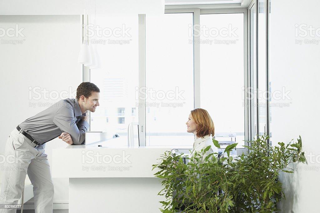 Biznesmen rozmowy z recepcjonistą zbiór zdjęć royalty-free