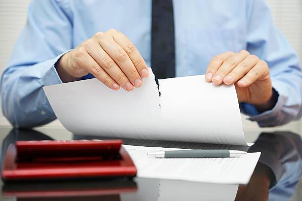 Geschäftsmann reißt Dokument im Büro – Foto
