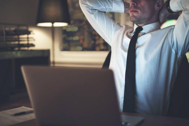 事務所で考えているビジネスマン - パラリーガル ストックフォトと画像