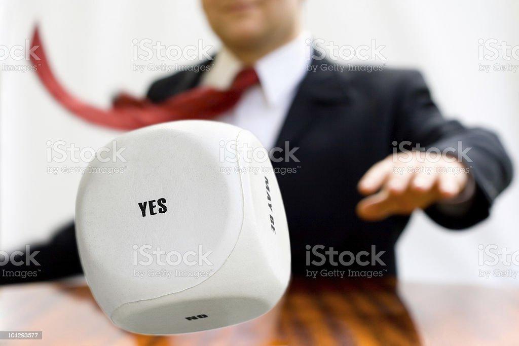 Geschäftsmann die Würfel zu werfen, eine Entscheidung zu fällen – Foto