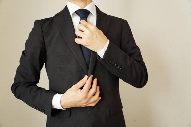 ビジネスマンはネクタイを締めします。 - よそいきの服 ストックフォトと画像