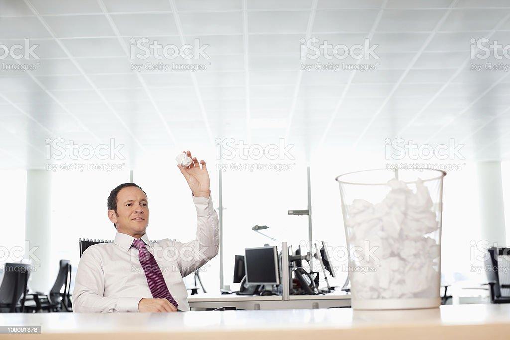 Homme d'affaires se retourner Papier froissé de déchets bin - Photo