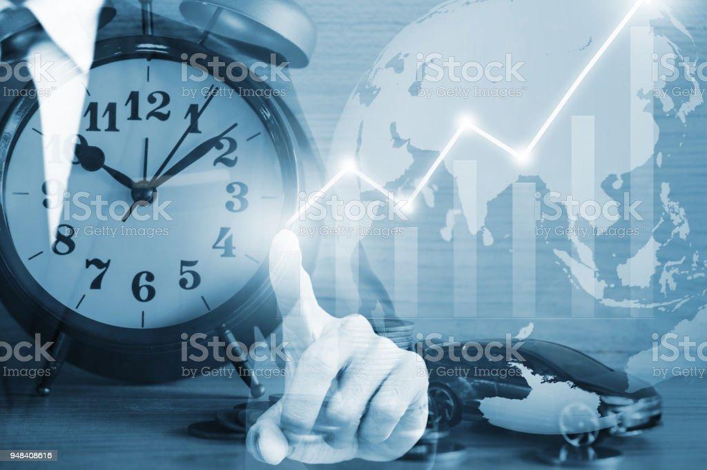 Empresario tocar en pantalla virtual sobre fondo azul. - foto de stock