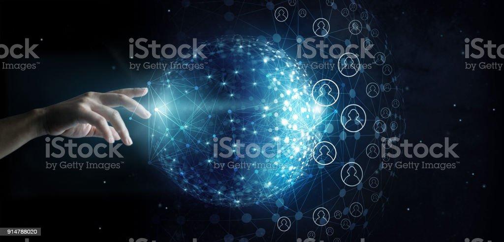 Empresario tocar la conexión global red y datos del cliente en el fondo del espacio - foto de stock