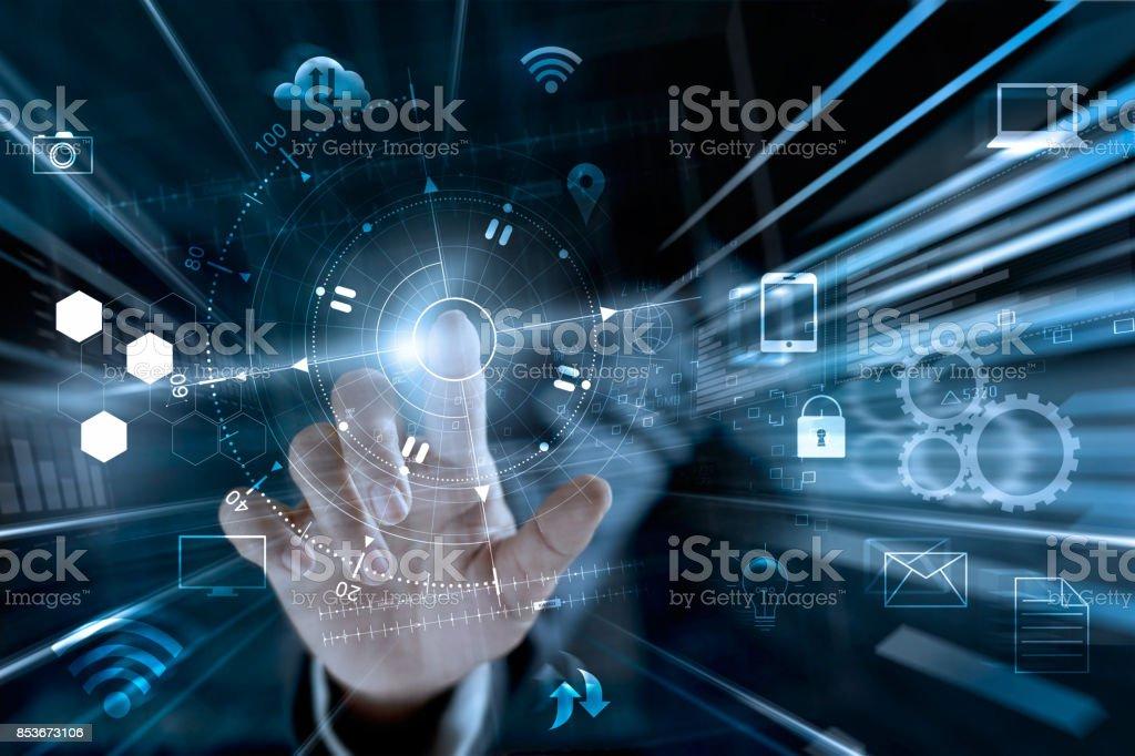 Canal de omni, multicanal e empresário tocando dados rede global compras on-line com o ícone do cliente em todo o mundo se conectando, m-banking - foto de acervo