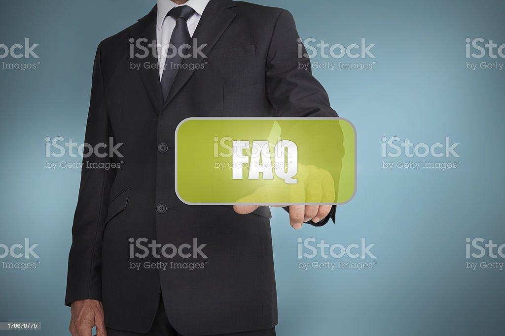 Businessman touching verde Etiquete con la palabra por escrito a las preguntas frecuentes foto de stock libre de derechos