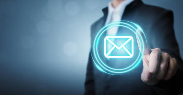 Geschäftsmann berührt Icon-E-Mail (E-Mail) oder Newsletter. Kundendienst Call Center kontaktieren Sie uns Konzept – Foto