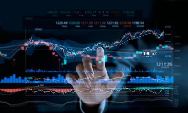uomo d'affari che tocca il grafico del mercato azionario su uno schermo virtuale. - mercato luogo per il commercio foto e immagini stock