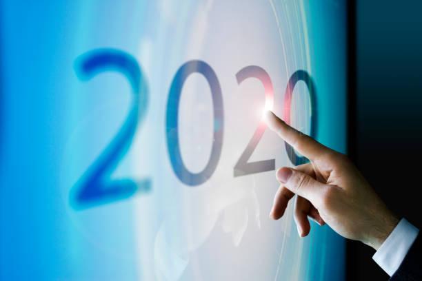 Empresario tocar la pantalla aproximadamente 2020 - foto de stock