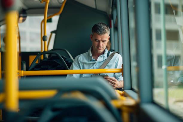 zakenman reist met de bus - forens stockfoto's en -beelden