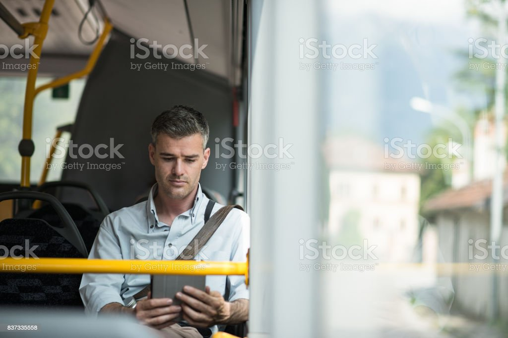 Businessman traveling by bus - foto stock