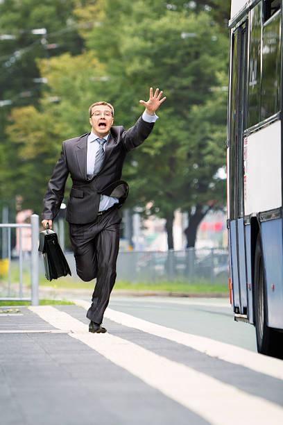 Biznesmen próbuje złapać autobus – zdjęcie