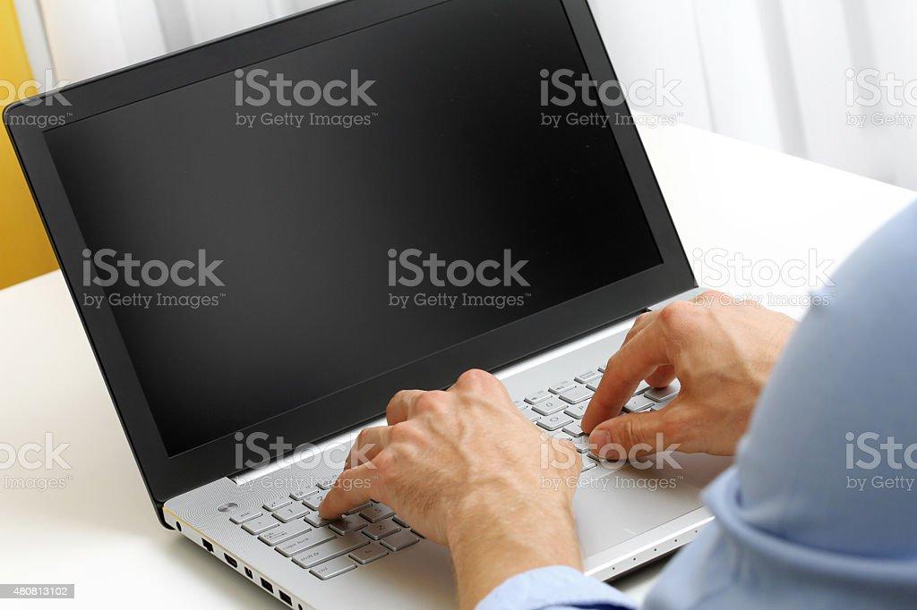 Geschäftsmann Eingabe auf laptop-computer – Foto