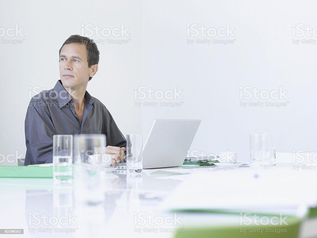 Businessman typing on laptop royaltyfri bildbanksbilder