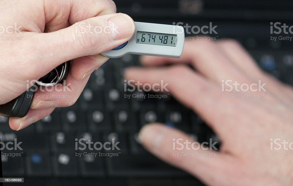 Empresario trabaja con un número de identificación de seguridad para acceder a información corporativa foto de stock libre de derechos