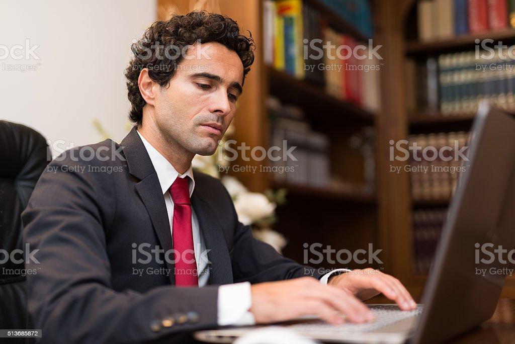 Hombre de negocios utilizando una computadora - foto de stock