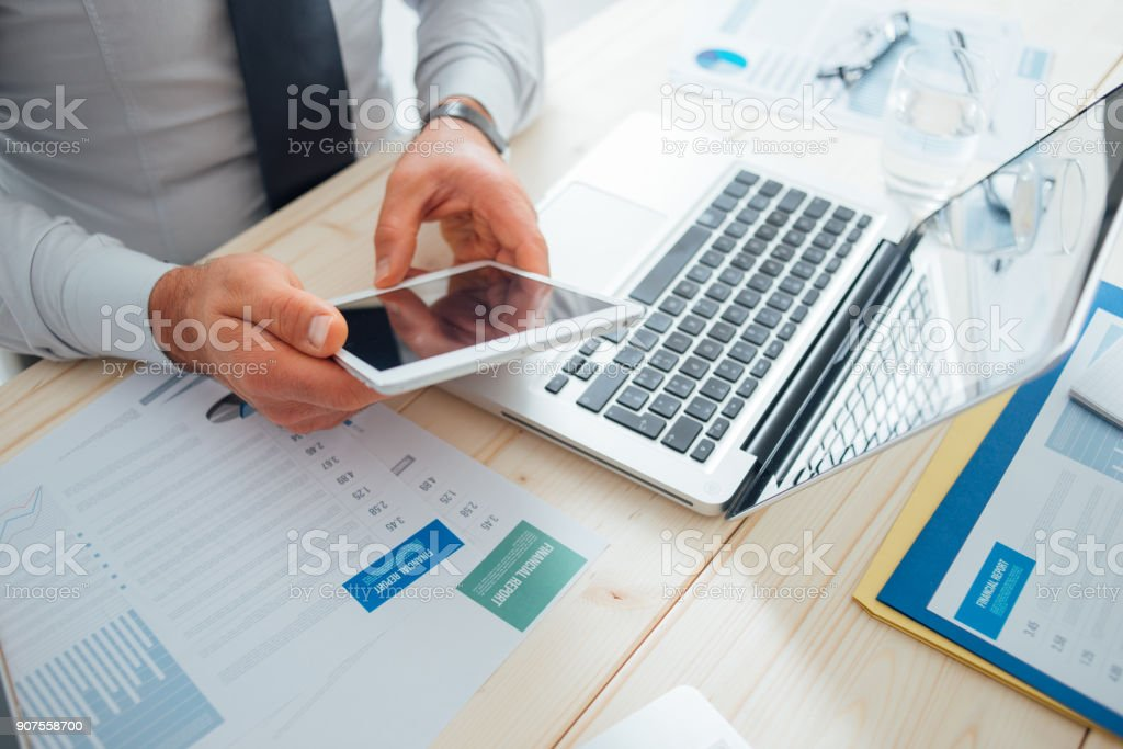 Empresario usando una tableta digital - foto de stock