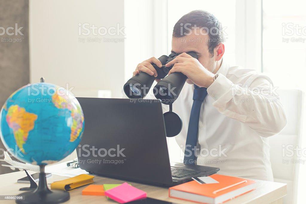 Hombre de negocios utilizando binoculares para búsqueda de beneficios - foto de stock