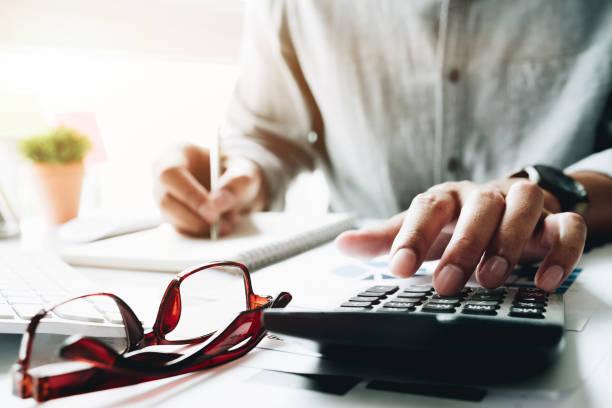 Geschäftsmann mit Rechner während Hinweis berechnen einige Daten über den Editor für Finanz - Buchhalter Buchhaltung Konzept – Foto