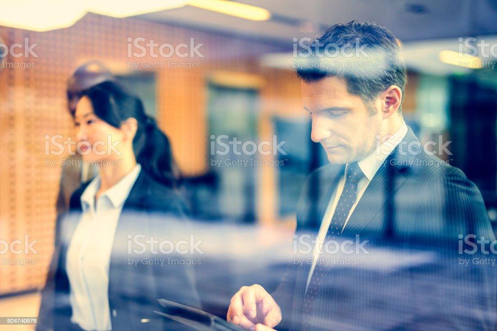 Empresário usando tablet digital  - foto de acervo