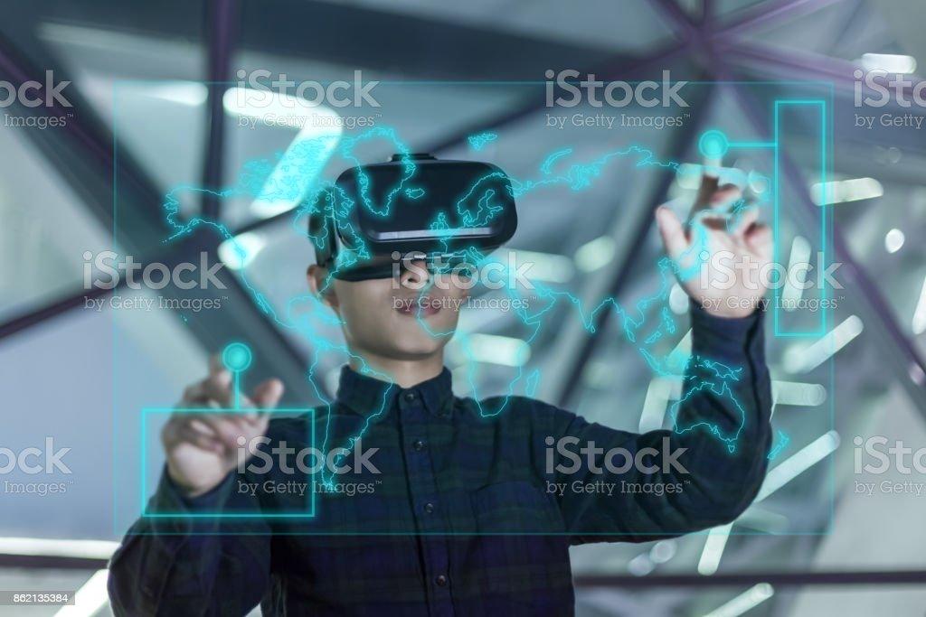 Geschäftsmann mit futuristischen VR – Foto