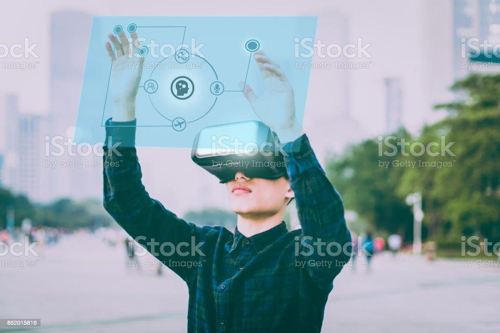 Geschäftsmann mit futuristischen VR über AI – Foto