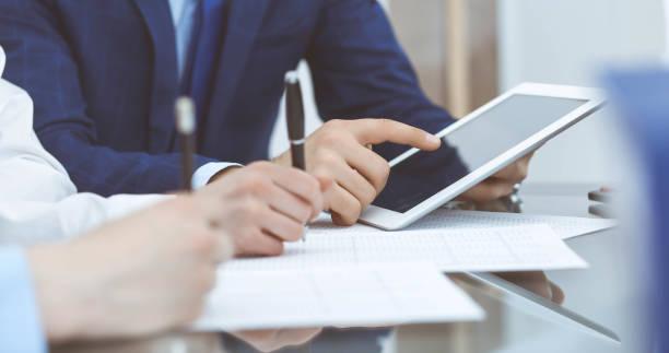 Geschäftsmann mit Laptop bei Treffen, Nahaufnahme der Hände. Geschäftsbetrieb-Konzept – Foto