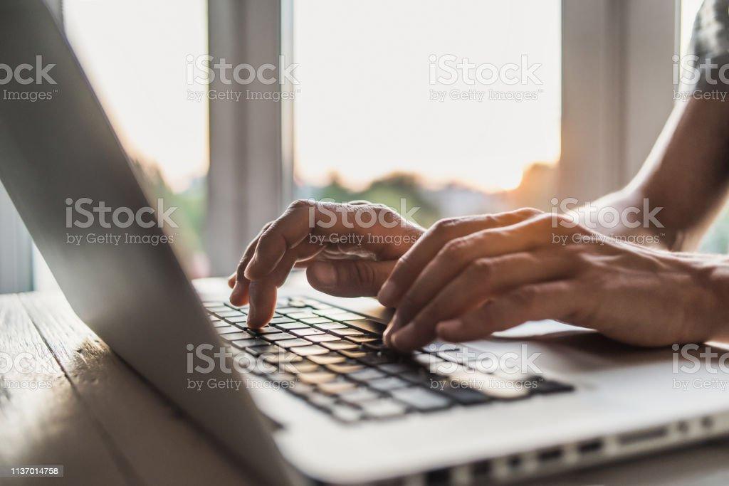 사무실에서 노트북 컴퓨터를 사용 하는 사업가 - 로열티 프리 IT 전문가 스톡 사진