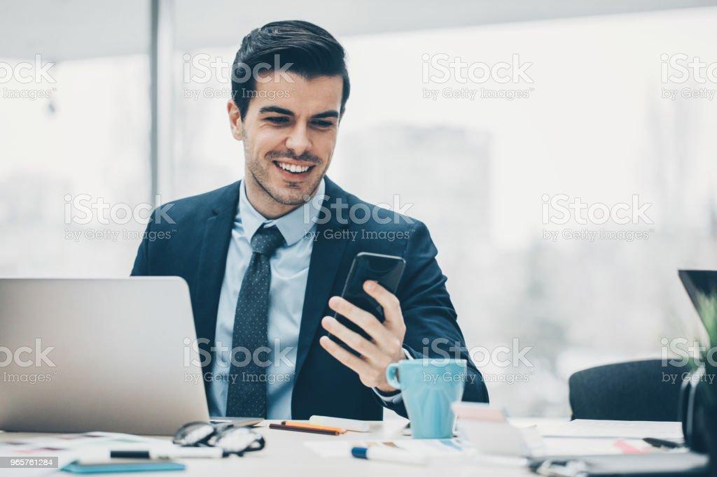 Businessman using mobile phone - Стоковые фото 30-39 лет роялти-фри
