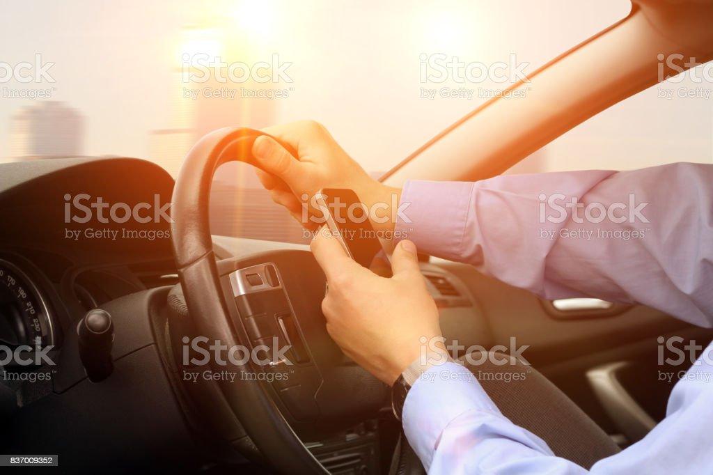 Geschäftsmann mit mobilen Smartphone während der Fahrt des Autos. – Foto