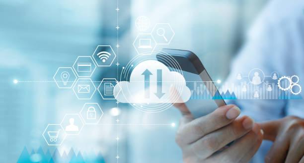 geschäftsmann mit mobilen smartphone und verbindet cloud-computing service mit symbol-kunden-netzwerk-verbindung. cloud-gerät online-speicher. cloud-technologie internet-networking-konzept. - bestellen stock-fotos und bilder