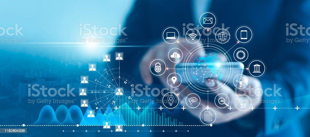 Empresario utilizando datos de conexión de red de icono e teléfono inteligente móvil con cliente de gráfico de crecimiento, marketing digital, banca y pago en línea, análisis y planificación de negocios. - Foto de stock de Actividades bancarias libre de derechos