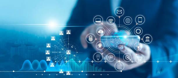 biznesmen korzystający z mobilnych danych o połączeniu ze smartfonem i ikoną sieci z klientem wykresu wzrostu, marketingiem cyfrowym, bankowością i płatnościami online, analizą i planowaniem biznesu. - sieć komputerowa zdjęcia i obrazy z banku zdjęć