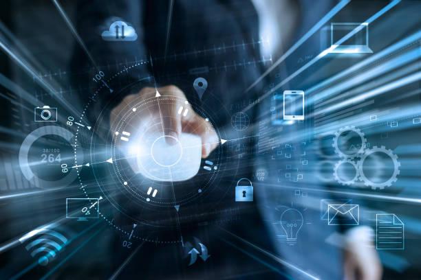 Empresario con intercambios de datos de red global de ratón y pagos de compras en línea con conexión icono del cliente en todo el mundo información fondo, banca y omni canal, multicanal - foto de stock