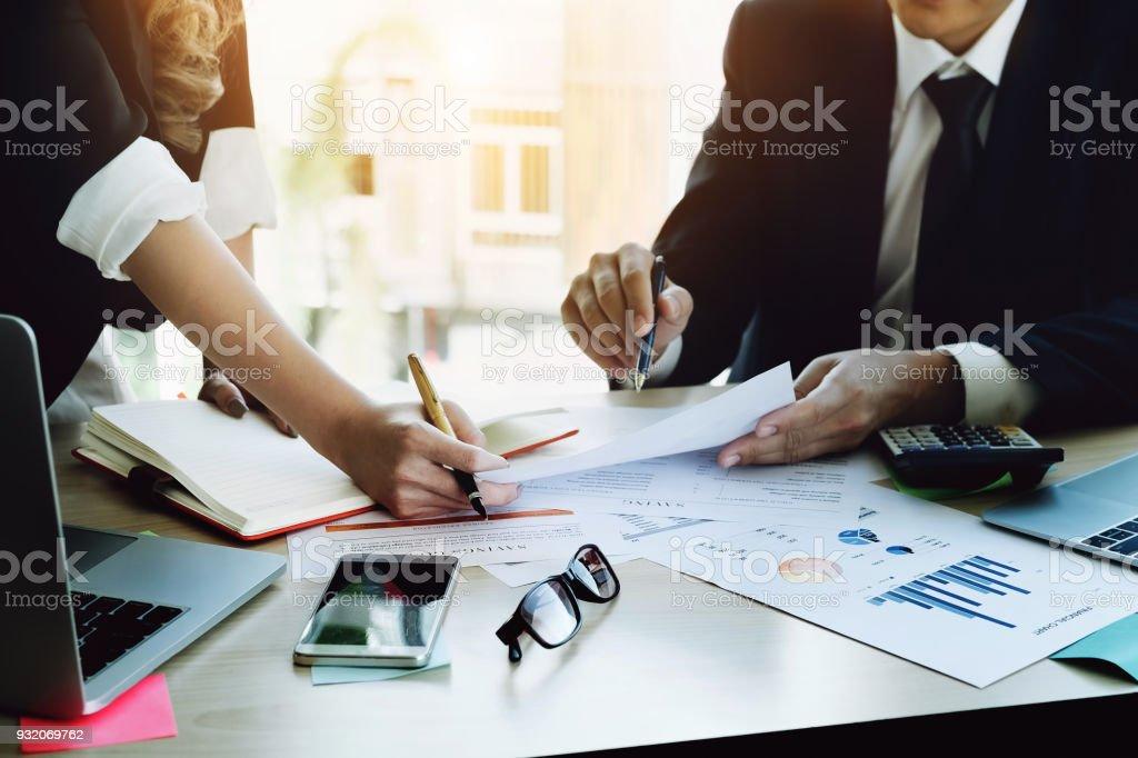 Geschäftsmann mit Stift und Geschäftsfrau mit Notebook mit Lager und Kryptowährung Computer Laptop mit Aktien handeln erklärt. Von Crytocurrency im Jahr 2018 profitieren. – Foto