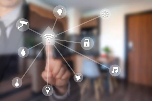 Geschäftsmann mit smart home intelligenter Assistent von Touch-Screen und smart home System von WiFi-Netzwerk. – Foto