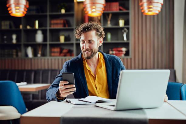 Geschäftsmann benutzt Smartphone im Café – Foto