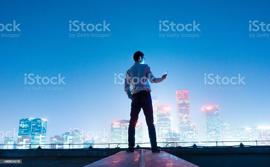 Homme d'affaires à l'aide de téléphone mobile intelligent - Photo