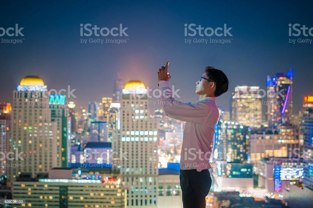 Empresario mediante teléfono inteligente foto de stock libre de derechos