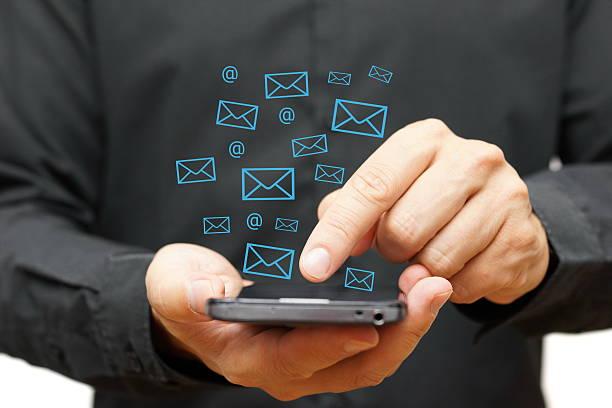 Geschäftsmann auf Smartphone mit E-Mail-Symbole um – Foto