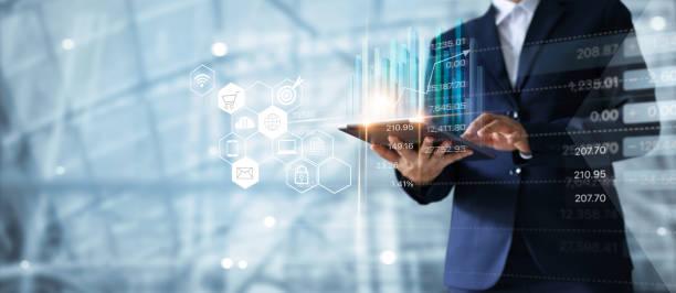 бизнесмен с помощью планшета анализирует данные о продажах и график экономического роста. бизнес-стратегия. абстрактный значок. цифровой м - понятия и темы стоковые фото и изображения