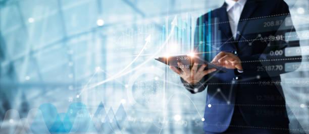 Geschäftsmann mit Tablet Analyse von Vertriebsdaten und Wirtschaftswachstum-Graph-Diagramm.  Business-Strategie. Abstrakten Symbol. Digitales Marketing. – Foto